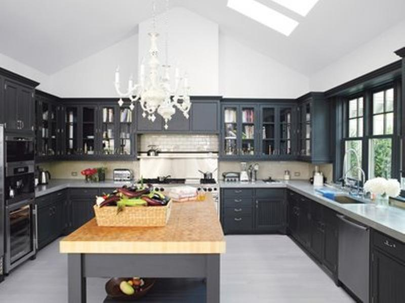 Charmant Classy Kitchen With Black Cabinets