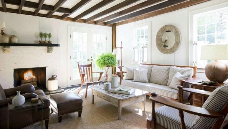 Charmant Cotage Inspired Living Room With Exposed Roof Beams