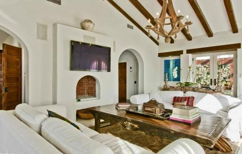 20 living room designs with exposed roof beams rilane for Room design roof