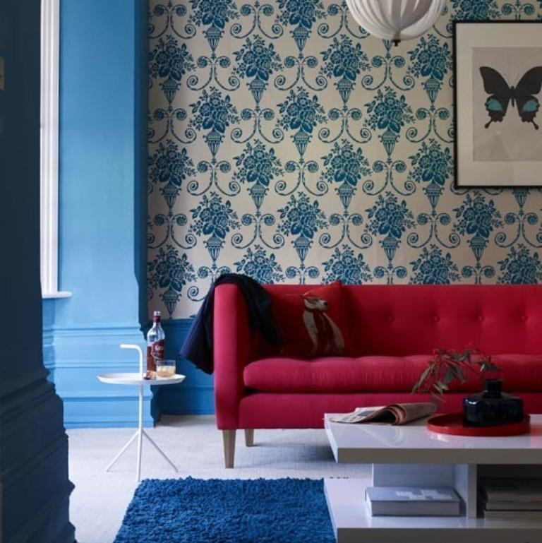 20 living rooms with beautiful floral wallpaper rilane for Red and blue living room ideas
