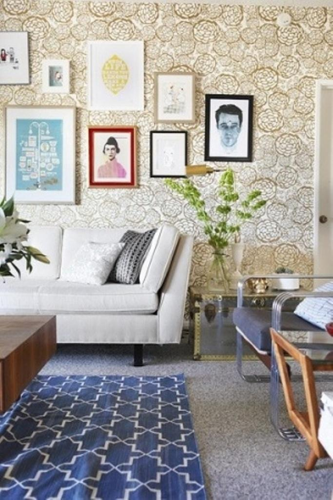 20 living rooms with beautiful floral wallpaper rilane for Quirky living room ideas
