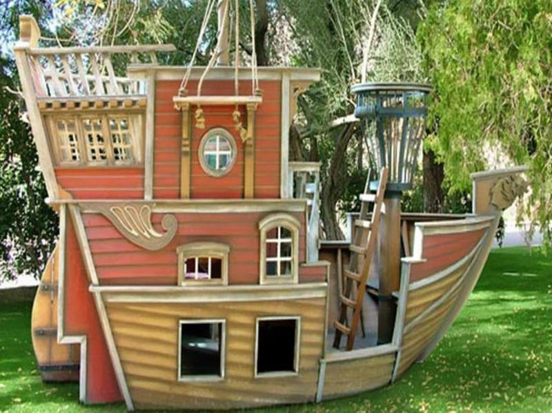 15 amazing outdoor playhouse ideas rilane for Boys outdoor playhouse