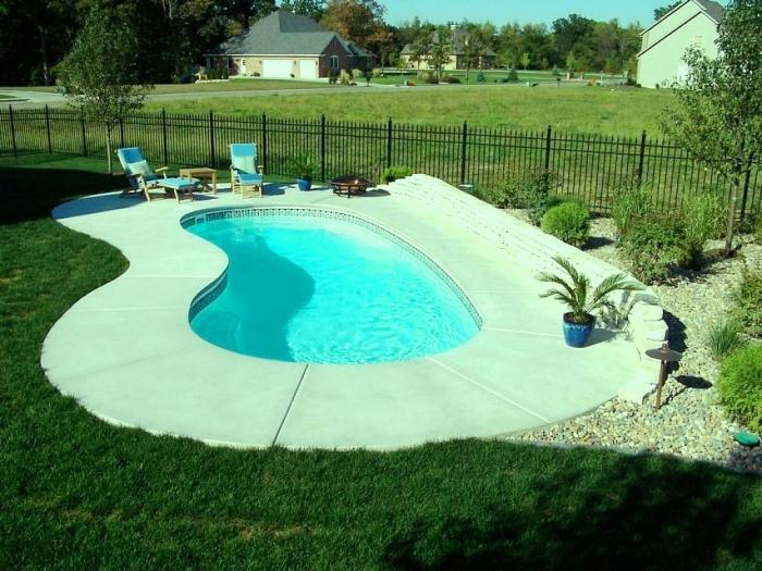 10 awesome swimming pools for small backyards rilane. Black Bedroom Furniture Sets. Home Design Ideas