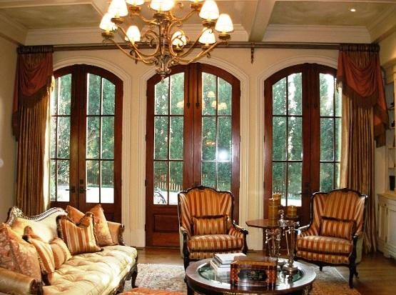 15 cozy living rooms with french doors and windows rilane for Window placement in living room