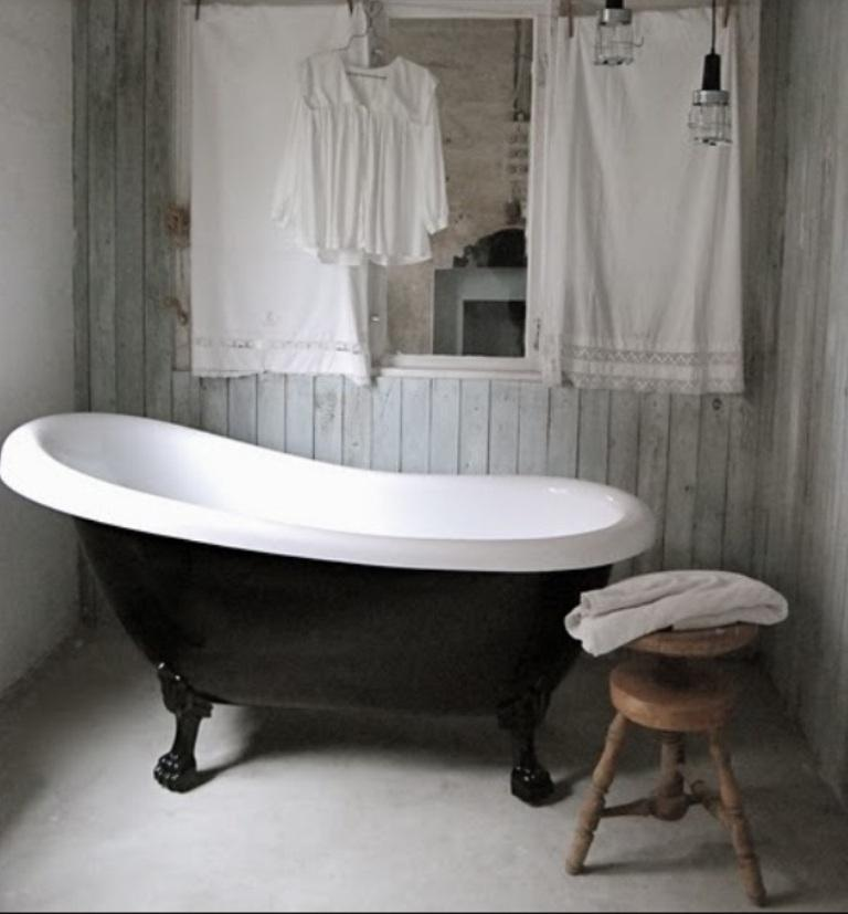 20 Dramatic Bathrooms With Black Bathtub