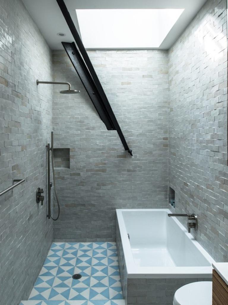 30 awesomely airy bathroom designs with skylight rilane for Bathroom ideas industrial