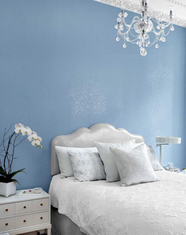 25 stunning bedroom designs with bold color scheme rilane for Blue and silver bedroom ideas