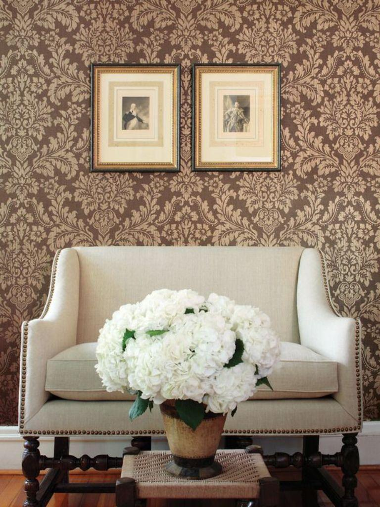 30 elegant and chic living rooms with damask wallpaper for Living room paper