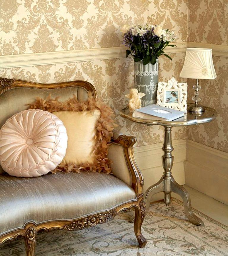 30 elegant and chic living rooms with damask wallpaper for Interior design living room wallpaper