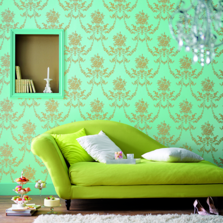 30 elegant and chic living rooms with damask wallpaper for Green wallpaper living room