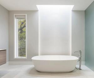 30 Awesomely Airy Bathroom Designs with Skylight