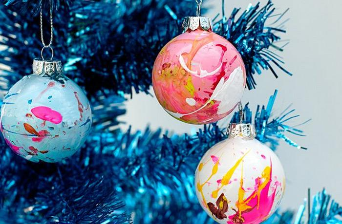 Christmas ornaments 70 holiday decorations decor rilane diy paint splatter christmas ornaments the paint splatter ornaments can surely add an artistic pollock charm on your christmas tree solutioingenieria Image collections